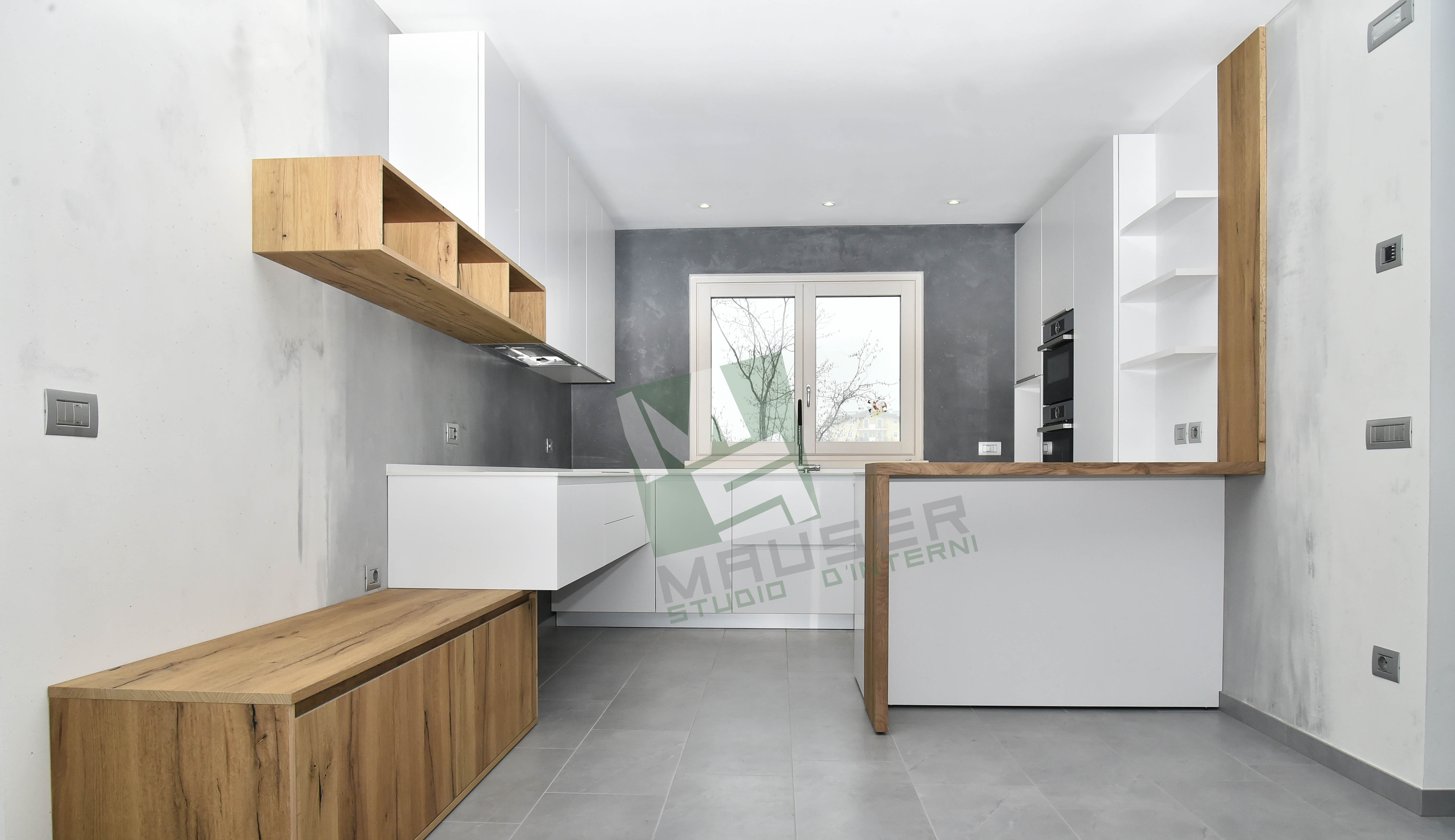 <strong>White and wood<span><b>in</b>Cucine</span></strong><i>→</i>