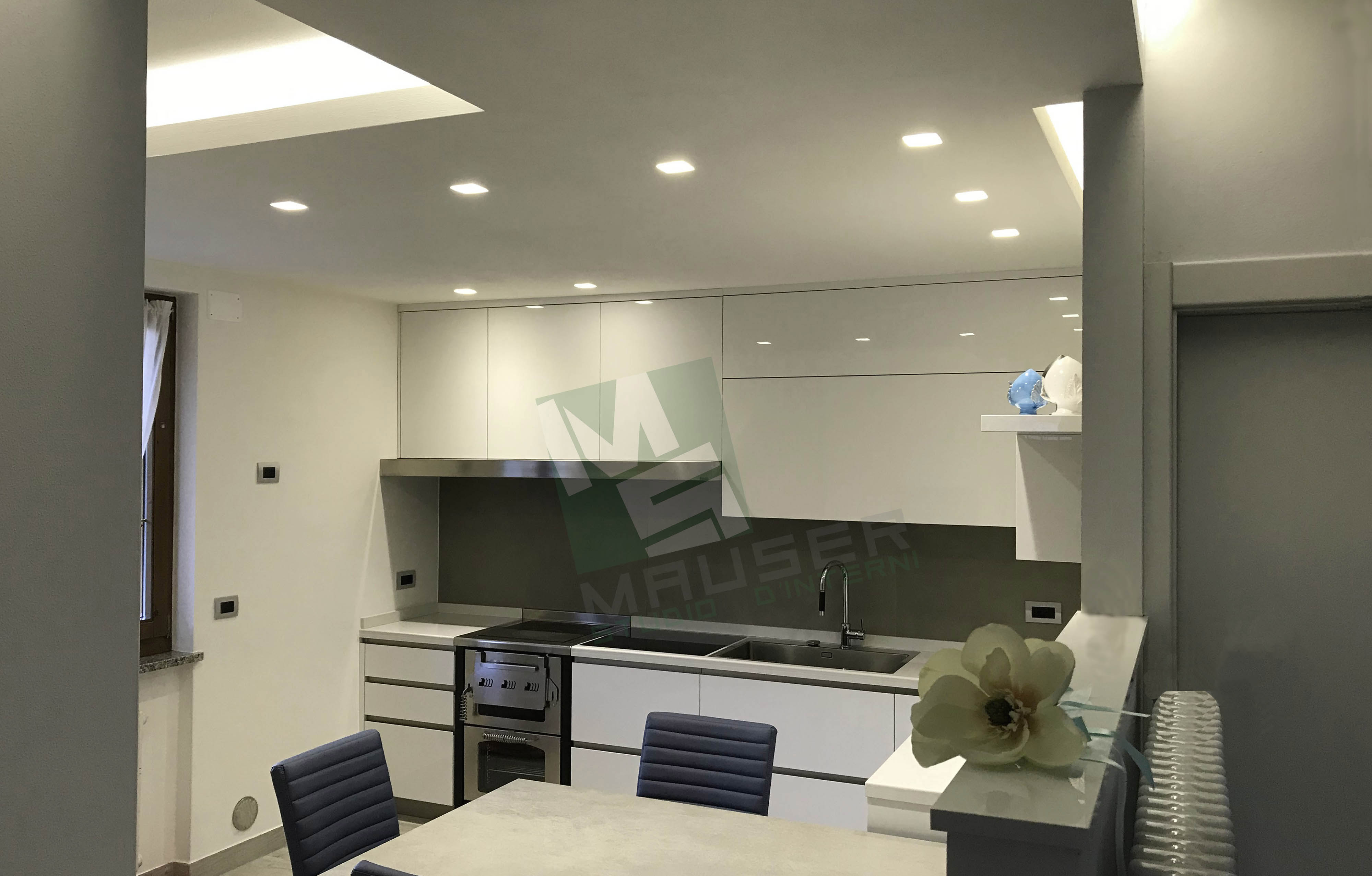 <strong>Bianco e colore<span><b>in</b>Cucine</span></strong><i>→</i>